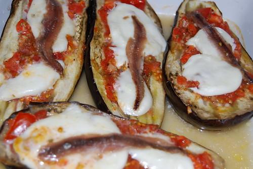 lamsworstjes en aubergines met mozarella en ansjovis
