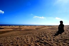 Sombra en el desierto (Mariano Rupérez) Tags: girl grancanaria mar chica sombra canarias arena cielo nubes desierto horizonte dunas maspalomas