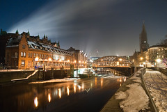 Hafenstadt Hamburg bei Nacht (photo-maker) Tags: city blue schnee winter light red moon snow rot tower ice church water night clouds river germany deutschland mond boat nacht hamburg kirche wolken blau fluss alster eis 2009 hochhaus hafencity brd watership digitalcameraclub hafengebiet seicherstadt 20091223223114