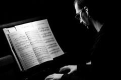 El pianista (CarlesPalacio) Tags: music contraluz piano mans musica notas chico noi contrallum pianista