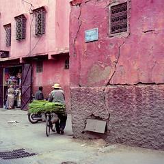 (david_fisher) Tags: people 6x6 fuji gente morocco bronica marrakech medina fujifilm medium format marrakesh unposed marruecos 2009 medio ambiente formato davidfisher sqai pro800z