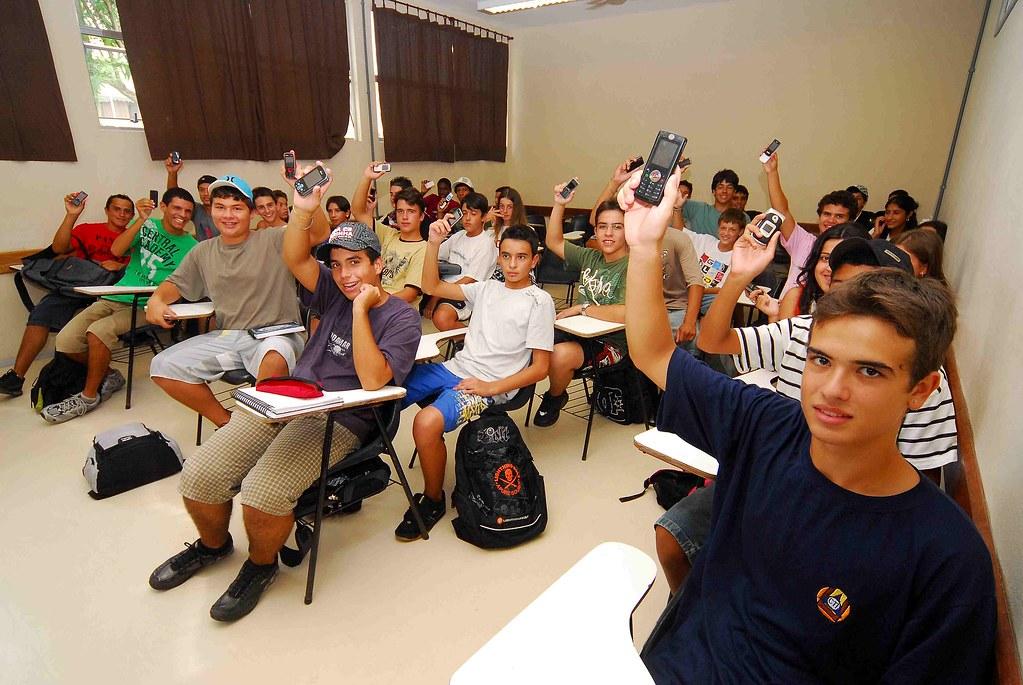 Projeto de lei que vetar uso de celulares e MP3s em salas de aula da rede municipal. Crédito: Eduardo Beleske