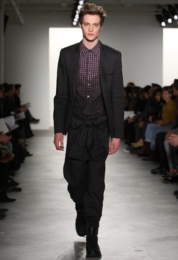 Matthew Hitt3189_FW10_NY_Richard Chai(WWD)