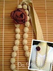 Colar bege (Da Bia) Tags: necklace broche handmade flor artesanato craft colar contas acessrio dabia biancasantana colaremtecido