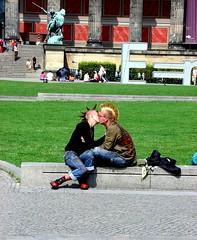 Punk Love (Campanero Rumbero) Tags: street plaza city berlin love germany calle kiss couple europe punk pareja amor deseo beso cresta