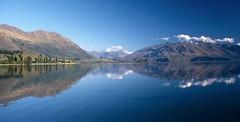 Lake Hawea 3 (Bilderschreiber) Tags: blue newzealand lake water see wasser searchthebest mr southisland otago blau reflexion spiegelung neuseeland sdinsel photographyrocks absolutelystunningscapes bestofmywinners