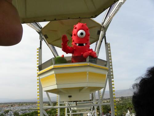 Muno Rides a Ferris Wheel!