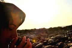Huele (Mariano Rupérez) Tags: grancanaria mujer playa manos ocaso aroma piña piedra veneguera olor