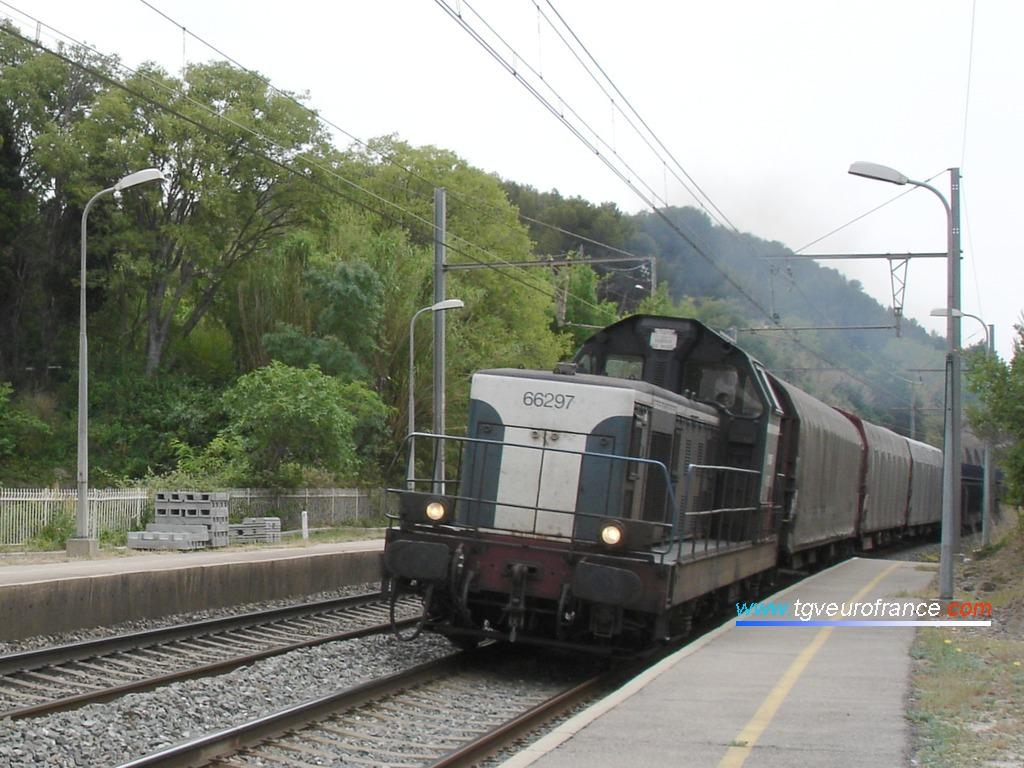 La BB 66297 en tête d'un long train de marchandises traversant la gare de Saint-Chamas