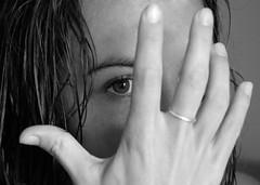 Escuadrando el ojo! (FlavioSpezia) Tags: portrait bw face nikon retrato cara mano anillo d40 blancoynegrobn