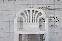 guero (greenkozi) Tags: white wall chair utata whiteonwhite lawnchair seenbetterdays 50d thursdaywalk guesswhersf 50mm12l utata:project=tw217 thechairandthewalls idontreallythinkthechairislost ithinkitlivesthere mythursdaywalksarealwaysincludinghappyhour thebestkindofwalk foranydayendinginy