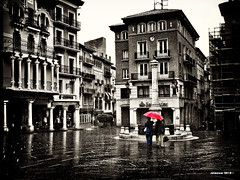 Caminando bajo la lluvia (solmenorphoto) Tags: plaza del lluvia tormenta teruel torico
