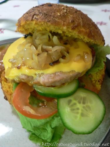 Salsiccia-Cheeseburger mit gepfeffertem Senfgurken- Zwiebelgemüse und Spezialsauce