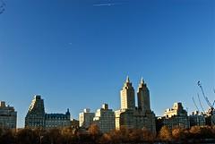 Avioncito y las San Remo Towers (Vacacion) Tags: newyork centralpark uppereastside centralparklake nuevayork vacacion sanremotowers miguelvaca temanuevayork