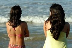 hj eu tenho as costas largas... (Fabiana Velôso) Tags: praia mar areia saudade meninas filhas costas âncoras fabianavelôso tesouroqueeuamo minhasâncoras