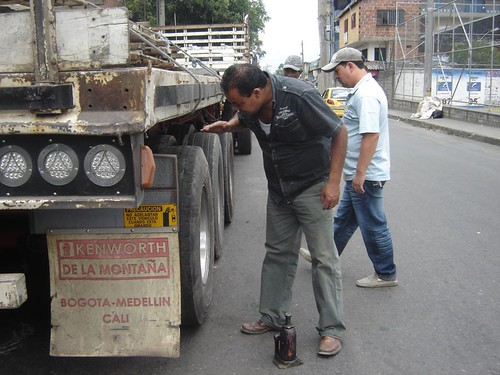 """""""Bien, ahí para que dure unos ocho días"""", dijo guiñando un ojo el conductor, listo ya también para pagar los diez mil pesos que Jhon Jairo cobra por montar una llanta."""