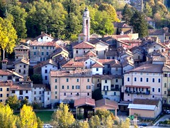 San Sebastiano Curone (ab360gradi) Tags: street italien light sunset italy barn rural walking countryside early town al october italia tramonto shadows village farm country hill ombre piemonte funghi gamlastan strade borgo piedmont vallescrivia luce italie photographing collina coucherdesoleil vie preservation alessandria appennino ottobre paese apennines fotografando sansebastiano tartufi curone viuzze valcurone countrylandscapes sansebastianocurone giarolo ab360gradi annibalebarone