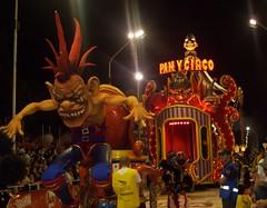 Papelitos. Gualeguaychu. (Ariadna Sprio) Tags: argentina entre rios 2010 carnavales gualeguaychu carrozas comparsas corsos papelito