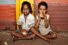 Girls eating breakfast -Terre d'Espoir (Pondspider) Tags: poverty girls india children child goa enfants enfant colva linde pauvreté migrantworkers anneroberts annecattrell terredespoir janinegaiddon pondspider charitéfrançaise
