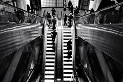 Madeleine - Encore (philoufr) Tags: blackandwhite paris stairs subway noiretblanc métro escalator madeleine escalier ratp canonpowershots90