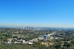 View of West Los Angeles from Brentwood Heights (CAUT) Tags: california ca sky usa landscape losangeles day skies paisaje center clear cielo getty cielos clearsky 2010 westlosangeles eeuu thegetty thegettycenter cielodespejado brentwoodheights