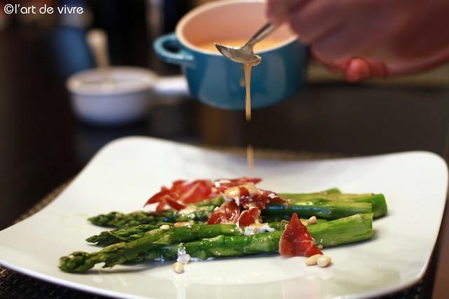 grüner Spargel mit Jamon, Ziegenfrischkäse und Parmesandressing