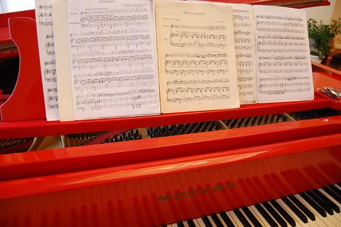 У кого еще нет фотографии за красным роялем?!