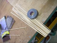 竹ひごをカット