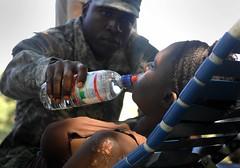 [フリー画像] [ニュース系] [ハイチ地震] [兵士/ソルジャー] [人物写真] [飲料] [犠牲者]     [フリー素材]