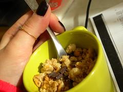 life is colourful (La_Pingu) Tags: colour macro glass breakfast fitness colori choco cioccolato bicchiere p90 colazione muesli cucchiaio spuntino lifeiscolourful nikoncoolpixp90 coolpixp90