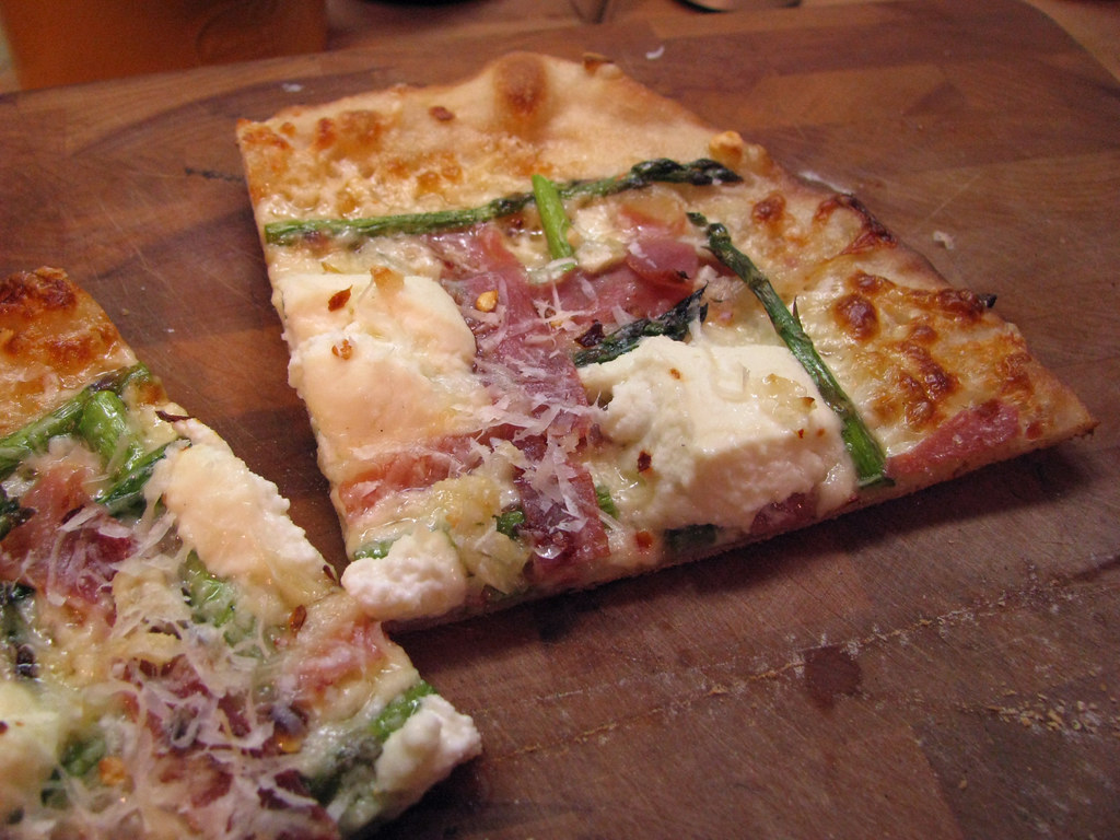 asparagus prosciutto pizza _ slice
