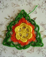 Playing around with crochet - Failed but... (LauraLRF) Tags: flower lana colors triangle crochet flor colores yarn scrap triangulo tejido ganchillo sobras