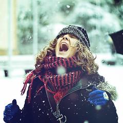 Snow (Luis Hernandez - D2k6.es) Tags: verde green girl scarf canon square arbol 1 chica gorro nevada bob 8 rubia format mm esponja 50 grito frio bufanda pelo cerdanyola guantes rubio enfoque 50d nive paraguar denefoque