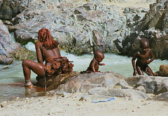 Himba mother and her childrens enjoing a refreshing break (Betnia Ramos Schrder) Tags: africa people kids break with african mother culture tribal safari his afrika tribe ethnic refreshing namibia tribo himba afrique ethnology tribu namibie tribus enjoing ethnie