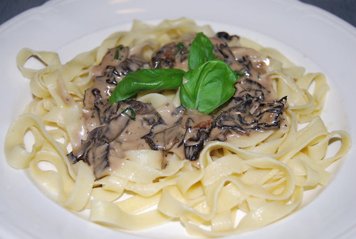 zelfgemaakte pasta met een saus van trompet de mort