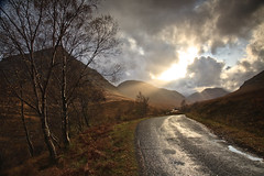 Road to Loch Etive (KennethVerburg.nl) Tags: greatbritain autumn mountains fall scotland vakantie unitedkingdom herfst sunrays landschap etive glenetive schotland grootbritannie