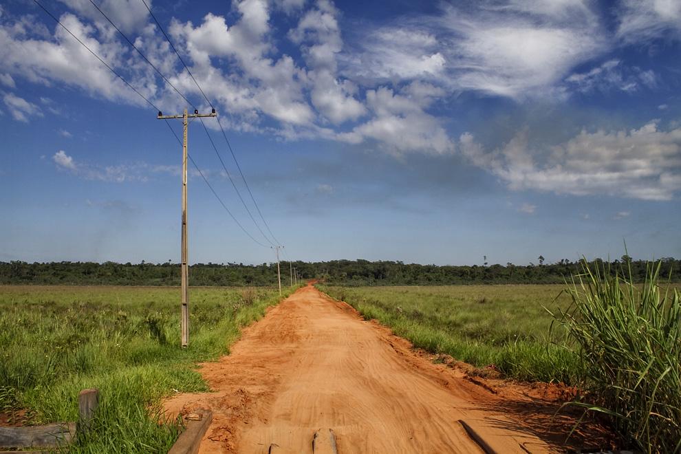Camino de tierra por el que se debe transitar para llegar a Laguna Blanca, ubicada a unos 30 km de la Ciudad de Santa Rosa. (Santa Rosa del Aguaray, San Pedro, Paraguay - Tetsu Espósito)