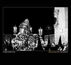 Theotokos (Chema Concellón) Tags: plaza blackandwhite españa flores blancoynegro spain europa europe valladolid escultura paso ritual soledad 2009 virgen maría imagen semanasanta sanpablo tradición castilla celebración carroza talla señora penitentes escultor procesión rito hollyweek castillayleón faroles religión theotokos cuchillos cofrades virgendelasangustias devoción cofradía angustias 100vistas imaginería capirotes capuchones chemaconcellón imaginero penitencial juandejuní diputaciónprovincial palaciopimentel úterodedios