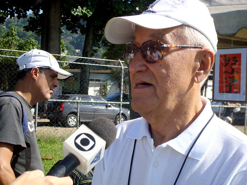 Kenzo Ohashi, diretor da AJS, dá entrevista à TV Tribuna (afiliada Rede Globo)