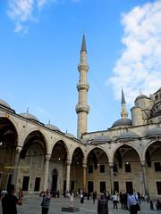 2010 istanbul 257 (ebruzenesen - esengül) Tags: turkey türkiye istanbul mosque ottoman cami deniz mavi sultanahmet bulut minare kubbe architec yeşillik süsleme alem şadırvan avlu tarihiyapı ebruzenesen muslimcultur dikiltaş