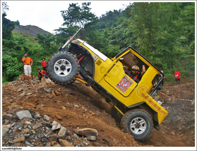 TA4XDC New Year Challenge - Toyota Landcruiser BJ40 competitor jump