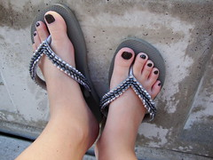 Grey on grey (Cn) Tags: black feet silver grey toes flip flipflops flops cin