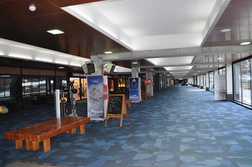 Galería comercial junto a la entrada del hotel
