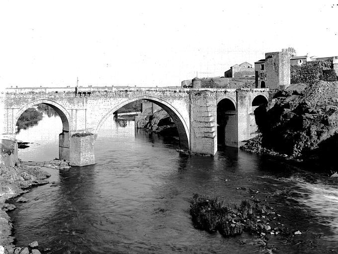 Puente de San Martín hacia 1900. Fotografía de Eugène Lefèvre-Pontalis. Société Française d'Archéologie et Ministère de la Culture (France), Médiathèque de l'architecture et du patrimoine (archives photographiques) diffusion RMN