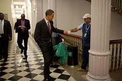 Presidente saluda de puño a trabajador
