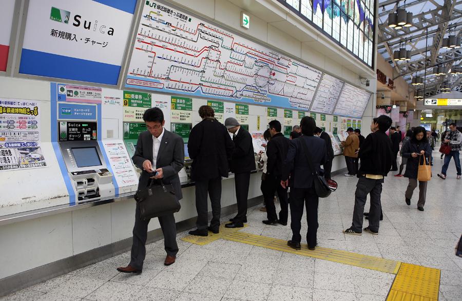 Яманотэ- токийская кольцевая железная дорога, которая идет над землей и является также очень востребованным...