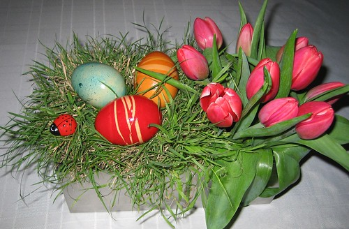 4434511744 ff80702b16 Simple Easter Floral Centrepiece