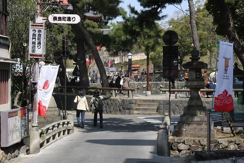 猿沢池から奈良町通りへ