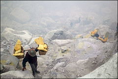 carrying sulphur - Kawah Ijen (Maciej Dakowicz) Tags: sea lake work indonesia java asia southeastasia smoke labour environment sulphur sulfur heavy hazardous kawahijen