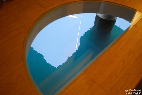 房內可以直接看魚的半圓玻璃地板